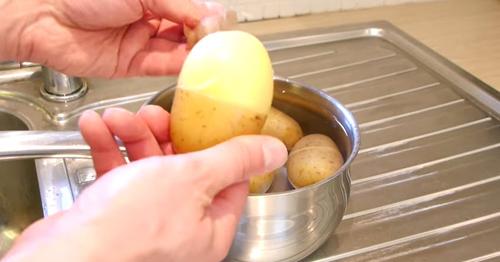 Cách tách vỏ khoai tây không cần gọt