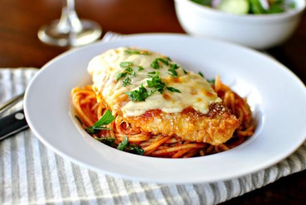 Ăn mì spaghetti với gà nướng phô mai