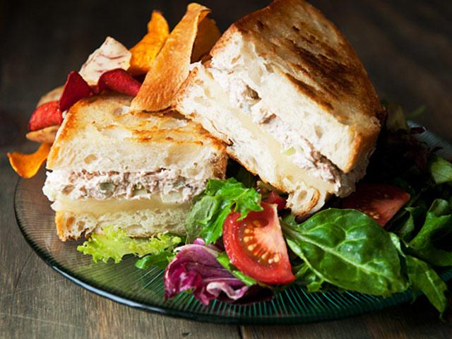 Bánh mì kẹp cá ngừ