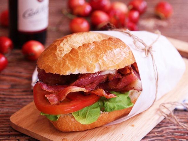 Bàn mì kẹp thịt xông khói
