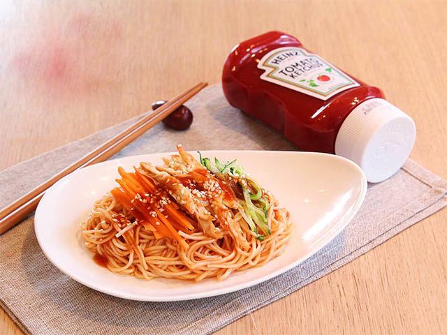 Mì trộn thịt gà, sốt cà chua