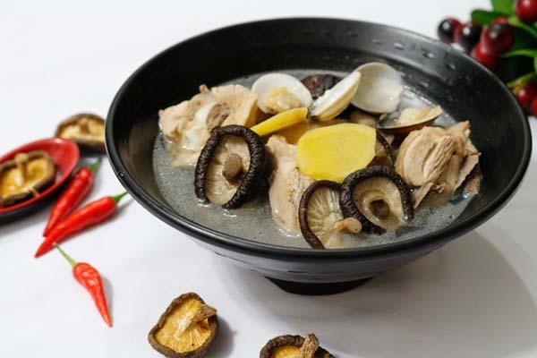 canh thịt gà nấu nấm hương
